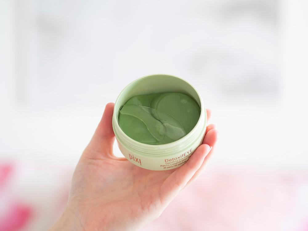 How To Create Your Own Relaxing Spa Treatments At Home - image of the inside of the pixi detoxifEye tub showing the spatula sitting on top of the gel eye pads
